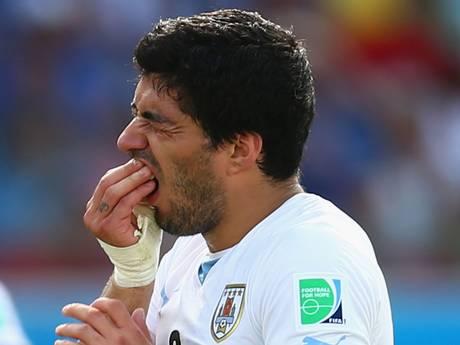 Uruguay striker Luis Suarez bite Italy's Giorgio Chiellini - FIFA World Cup 2014